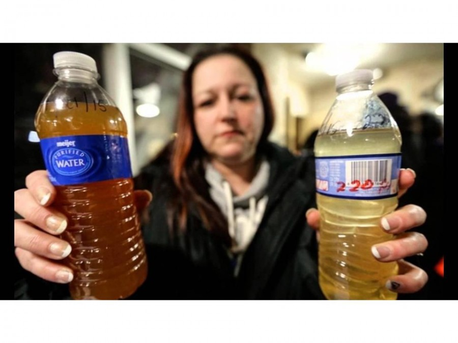A+Flint+citizen+holds+up+contaminated+water+from+her+tap.