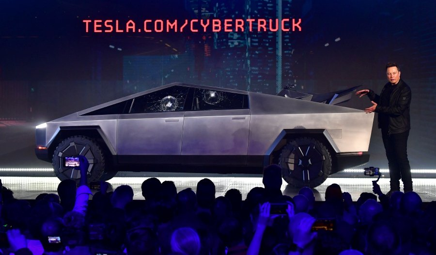 Elon+Musk+presenting+the+Cybertruck.
